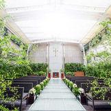 ガーデンチャペルには開閉式の屋根もあるので雨の日も安心。 晴れた日は天井をあけて自然の光と風を楽しんで!