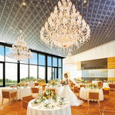 華やかなシャンデリアと、自然光がリンクしモダンながら爽やかな雰囲気のパーティ会場