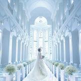 輝くティアラをイメージしクリスタルを贅沢にちりばめた花嫁の憧れの大聖堂。 光を前方位から取り入れ、花嫁のお姿を永遠のものに・・・