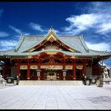 朱塗りが美しい社殿。新婦様が着ている白無垢とで紅白の色見が大変おめでたい。
