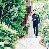 ガーデンへの石畳のアプローチ。大聖堂に隣接した緑溢れるガーデンでは挙式後のアフターセレモニーが叶う。