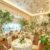 白を基調とした会場は、お客様の好みに合わせて表情を変えます。 天井が高く、開放感のある会場で最大120名様ご着席いただけます。 ガーデンも付いておりますので、軽井沢の自然を感じる披露宴をお楽しみいただけます。