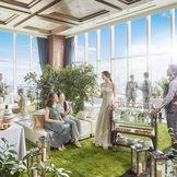 会場隣接のスペースをグリーンでいっぱいにコーディネートすれば、全天候型のスカイガーデンに!