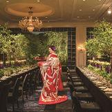 自然光豊かなバンケット「鳳凰」も、日没を迎えるとまた違った魅力を見せる。著名な照明デザイナー石井氏が手掛けた庭園のライトアップが、ロマンティックな空間を演出する。豊富なラインナップの色打掛と合せれば、大人ムードもたっぷりに。