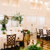 自然光が心地よく注ぐ披露宴会場はどんなコーディネートも可能! 円卓や晩餐会のようなレイアウトなどお二人の結婚式のイメージに合わせて変更できます