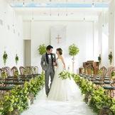 自然光あふれるチャペルとグリーンの装飾ならナチュラル感も満載に