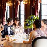 まるで宮殿にいるかのようなパーティ会場では、ゲストとの距離を大切にしたプライベートなひとときをお過ごしいただけます。