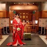 神殿会場「鴛鴦殿」 大堂の白無垢以外にも、色打掛や洋髪など、お二人らしさを楽しんで。