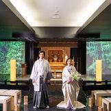 伝統とモダンの融和を奏でる和婚。スクリーンに季節の風景を映し出す演出も。