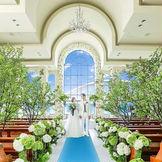 目の前に多数の花のアーチが広がるアットホームなチャペルが人気