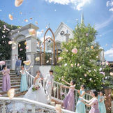 花嫁が佇むだけで美しく絵になるらせん階段。広くゆとりのある造りでフラワーシャワーのシーンでは皆の笑顔に包まれる。