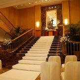 ロビーChapel  ~ヨーロッパの邸宅のような気品、ゴージャスなシャンデリア 光溢れる重厚なムードに包まれながら愛を誓う・・・