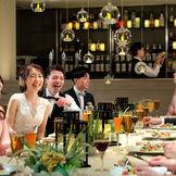 和モダンをテーマに創られた宴会場「ORANJU~オランジュ~」 ウッド調の会場は、人が自然と共に生きているかを感じられる木の温もりに見守られた最適な空間