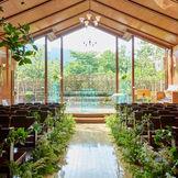 木の温もり溢れる教会は、シンプルな造りで新郎新婦のお二人の魅力を引き立てます。 聖歌隊さん、オルガニスト、フルートの生演奏で教会内がやわらかな音色に包まれます。