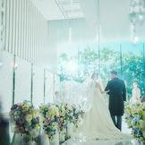 祭壇へと真っすぐに伸びる純白のバージンロード。ゆっくりと歩みを進める