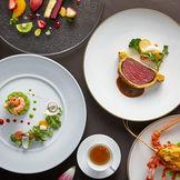 永い歴史を受け継いだフランス料理で、ひときわ豪華に格調高く、お客様ひとりひとりにきめ細やかなおもてなしをさせていただきます。祝福と感謝の気持ちが触れ合うひとときをお過ごしいただけます様に・・・ 富士屋ホテルの味をどうぞご賞味ください。