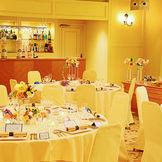 披露宴会場「フリージア」。黄色でコーディネートされた明るい雰囲気の会場。