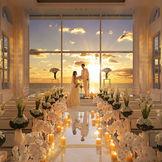 水平線に沈む夕日がお二人を包み込むトワイライト挙式も人気!