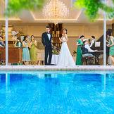 プール付のガーデンが望める開放感たっぷりの会場は、多くのゲストを招待してゆったり過ごせる♪