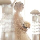 やさしくお二人にふりそそぐ自然光が、花嫁をさらに美しく輝かせてくれる。