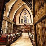 本場、イギリスより譲り受けた教会には、本物のステンドグラスが輝いています。