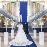 サファイヤブルーのバージンロードを歩いた後は、大階段でのセレモニーで家族とゲストとの絆を確かめる