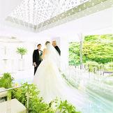 壁面は一面ガラス張りで、庭園の緑と陽光を受けて輝く水辺の景色が広がり、お二人とゲストを包みこみます。