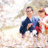 ホテル庭園に咲き誇る桜の木の下で。