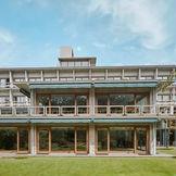 1955年(昭和30年)に日本建築界の巨匠、前川國男、坂倉準三、吉村順三の三氏の共同設計で建設された建物を堪能して