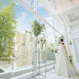 祭壇の先は一面窓。柔らかい光が照らす花嫁は、より一層美しく