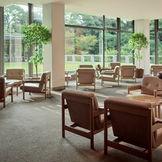 自然光がたっぷりと差し込むロビー。館内の家具は板倉準三建築研究所に所属していた長大作が松村勝男、水之江忠臣らと協働で担当。