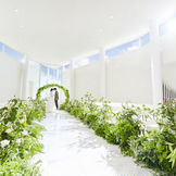 ルナルシアは広島市内ホテルでは珍しいガーデン付き独立型チャペル。自然光が降り注ぐ優美な内装と、花嫁を美しく魅せる空間美で、神秘的なセレモニーを執り行えます