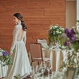 自然光がたっぷりと降り注ぐパーティー会場。木目の壁がモダンな印象で花嫁姿をナチュラルに引き立たせます