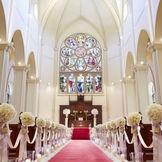ドイツの工房で作られたステンドグラスが美しい大聖堂のチャペル。 20メートル深紅のバージンロードをゆっくりと歩み憧れの花嫁に。