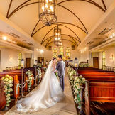 「St.Billesley教会」 英国の教会で100年以上に渡って使われていたステンドグラスが温かくも荘厳な雰囲気を醸し出す。 120名まで着席可。