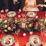 高級感のあるワインレッドと流しテーブル
