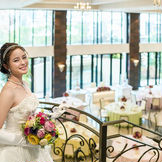 花嫁の憧れをカタチにしたバンケット。 純白の大空間には窓一面から自然光が差し込み、広間を見渡す大階段が主役のふたりをロマンチックに演出してくれる。全てが貸切なので夢に描いたパーティが叶う。