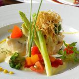 色鮮やかな新鮮野菜が、一皿に彩りを加える絶品料理