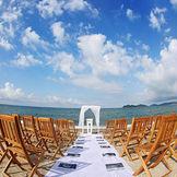 邸宅の目の前に広がる瀬戸内海、朝と夕方とではまた違った雰囲気を味わえる最高のロケーション。どこまでも続く地平線はきっと忘れられない風景に。