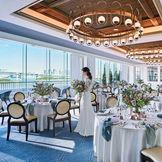 【2020年リニューアルオープン】レインボーテラス 壁一面の窓の向こうに、青い海と空が広がる寛ぎの空間。乾杯と同時にカーテンを開けば、嬉しいサプライズに。テラスにて、潮風を感じながらのウェルカムドリンクなど、演出も自在にお愉しみください。
