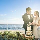 水平線の美しい景色を背景にしてのケーキ入刀はゲストにも忘れられないワンシーンに