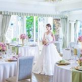 白を基調とした披露宴会場には、プライベートガーデンが隣接。自然光の差し込む明るい会場で、和やかな時間を過ごそう。