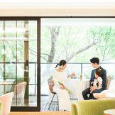 サラマンジェ(大切な人が集まる食卓)というメゾンプルミエールのコンセプトの空間 ご結婚式の1日の中でゲストの方が何度も足を運ぶこの空間は、フランス人デザイナーが出がける落ち着く場所。お子様と一緒のパパママ婚にもお勧め!