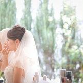 衣装、ヘア、メイク、立ち方など、トータルで新婦様の最高の美を創り出す。 専属のスタイリストが、骨格・カラーに合わせた好き×似合うモノをご提案。 これまでの人生の一番きれいな状態を創りだす。結婚式を機に、少しでも人生が豊かになることを願って。