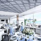 どこまでも続く青い海と空を眺望できる、シーサイドバンケット。ゲストと一緒に優雅なリゾート空間をシェアしよう。