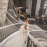 大階段からの入場は誰もが納得の華やかさ。その先はまるで夢の空間が広がる 【披露宴】NEW:コンコード(~130名収容)