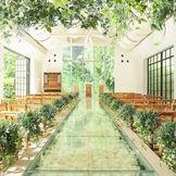 【リニューアル】緑や木の温もりが感じられる大人気の独立型サウンドホール。バージンロードに敷き詰められたバラがロマンティックな空間。