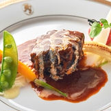 【お料理】 ホテルクオリティの贅沢な一皿は、ゲストにもご満足いただけるお料理となっております。