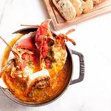 採れたての地の魚介類や旬の三浦野菜などをふんだんに取り入れた、葉山を感じることのできるフランス風創作海辺料理。魚介の旨みがぎっしりり詰まった「ラ・マーレ風ブイヤベース」は絶品!!