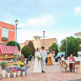 南フランスの結婚の街全体は、南フランスの土を使用した温かみのある色味。2人を祝福する「カリヨンの鐘」が鳴り響きます。自然に囲まれた非日常空間がお2人とゲストの皆様の記憶に残る最高の一日を演出します。